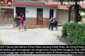 Bak Adegan Film Silat, Polisi Bekuk Orang Gangguan Jiwa Bersenjata Pedang Di Pedan Klaten