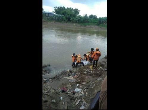 Tim SAR mengevakuasi jasad terduga korban laka air di kawasan Pucangsawit, Kota Solo, Senin (1/3/2021). (Istimewa/Tim SAR)