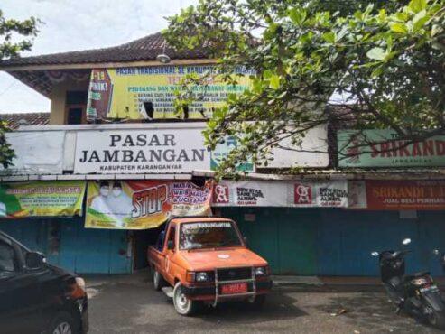 BPBD Karanganyar menyemprotkan disinfektan di Pasar Jambangan, Mojogedang, Senin (8/3/2021). (Solopos/Sri Sumi Handayani)