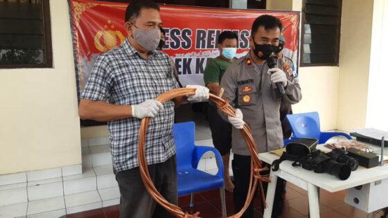 Kapolsek Kalasan, Kompol Sumantri, menunjukkan kabel tembaga yang dijual MTS, Rabu (31/3). (harianjogja.com/Lugas Subarkah)