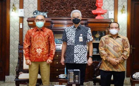 Gubenur Jawa Tengah Ganjar Pranowo (tengah) menerima kunjungan PLN Unit Induk Distribusi Jawa Tengah dan DIY,pada Jumat (5/3/2021).(Istimewa)