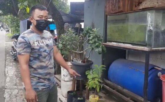 Putra pemilik RM Ayam Goreng Mbah Karto Tembel Sukoharjo, Diego Alan Wibowo, 27, menunjukkan lokasi pot yang dicuri, Senin (8/3/2021). (Solopos-Indah Septiyaning W.)