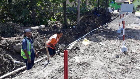 Proyek peningkatan jalan di Serang-Kepek, Kapanewon Pengasih, Kulunprogo, Jumat (26/3/2021). (Harian Jogja/Hafit Yudi Suprobo)