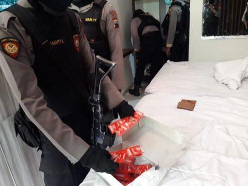Polisi memeriksa barang yang disita dari PSK yang ditangkap di salah satu hotel di Kota Solo pada Minggu (7/3/2021) pagi. (Istimewa/Humas Polresta Solo)