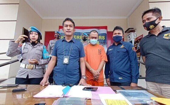 KBO Sat Reskrim Polres Boyolali, Iptu Wikan Sri Kadiyono (tengah), menunjukkan pelaku dan barang bukti kasus penipuan dan penggelapan di Kantor Polres Boyolali, belum lama ini.  (Solopos/Bayu Jatmiko Adi)
