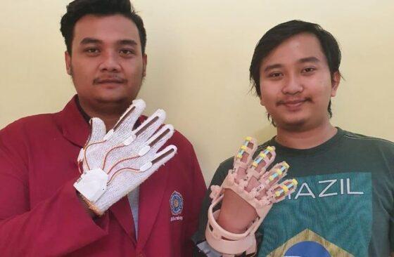 Sarung tangan terapi stroke buatan mahasiswa Kedokteran Universitas Muhammadiyah (UM) Surabaya. (detik.com)