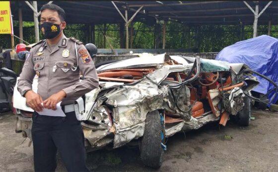 Kanitlaka Satlantas Polres Klaten, Ipda Badi berdiri dekat mobil sedan yang ringsek di unit kecelakaan Satlantas Polres setempat, Selasa (9/3/2021). (Solopos-Ponco Suseno)
