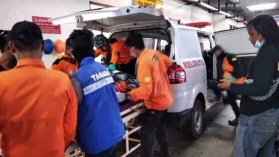 Tim SAR dan sukarelawan mengevakuasi jasad Sekdes Serenan, Klaten, SW, yang sebelumnya terjun dari sungai di wilayah Grogol, Sukoharjo, Senin (1/3/2021). (Istimewa)