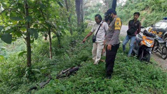Polisi di lokasi ditemukannya sepeda motor di Jalan Raya Ponorogo-Trenggalek masuk wilayah Kecamatan Sawoo. (Istimewa/Polsek Sawoo)