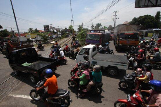 Kendaraan antre melintasi perlintasan kereta api (KA) simpang tujuh Joglo, Banjarsari, Solo, Rabu (24/3/2021). (Solopos/Nicolous Irawan)