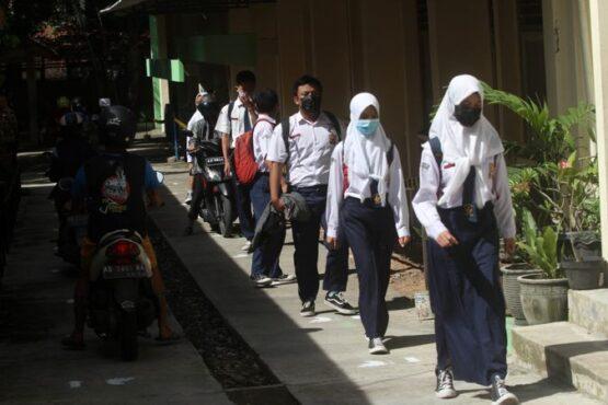 Siswa kelas IX SMP Negeri 7 Solo berjalan dengan menjaga jarak aman saat pulang meninggalkan sekolah seusai mengikuti Simulasi Pembelajaran Tatap Muka (PTM) di sekolah, Rabu (24/3/2021). (Solopos/Nicolous Irawan)