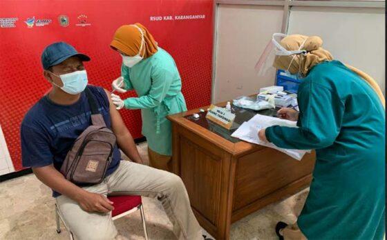 Guru menerima penyuntikan vaksin Covid-19 di RSUD Karanganyar, Senin (29/3/2021). (Solopos-Candra Putra Mantovani)