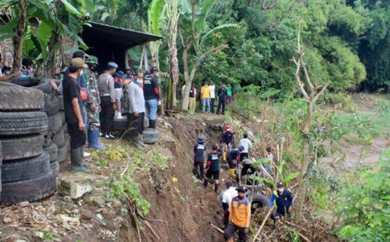 Warga dan aparat membangun tanggul dari ban bekas di tebing Sungai Mungkung di Gabusan, Tangkil, Sragen Kota, Sragen, Senin (1/3/2021). (Solopos-Tri Rahayu)