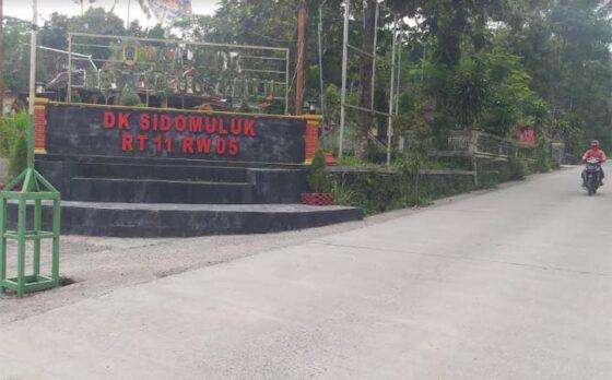 Pengendara sepeda motor melintas di depan balai desa Tlogowatu, Kemalang, Klaten, Sabtu (6/3/2021). (Solopos-Ponco Suseno)