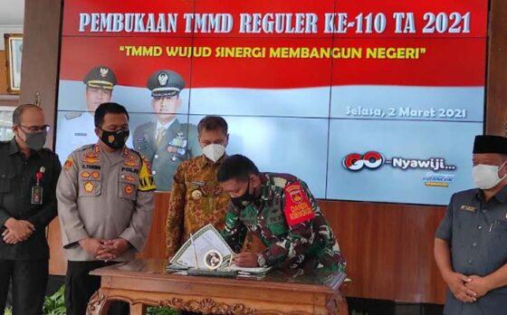 Penandatanganan penyerahan pekerjaan dari Bupati Wonogiri ke Komandan Kodim 0728/Wonogiri dalam rangka TMMD di Pendapa Rumah Dinas Bupati Wonogiri, Selasa (2/3/2021). (Solopos-M. Aris Munandar)