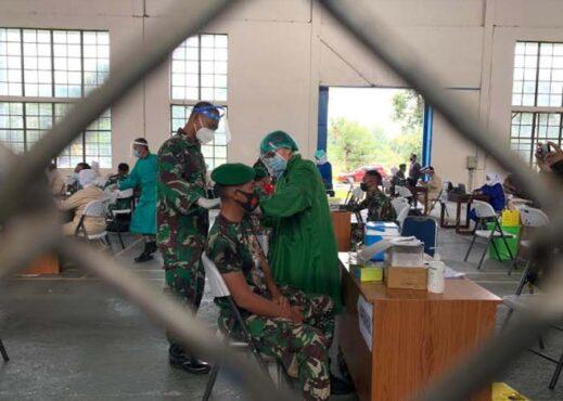 Anggota TNI se-Soloraya menerima vaksin Covid-19 di Depohar 50 TNI AU Adi Soemarmo, Selasa (2/3/2021). (Solopos-Candra Putra Mantovani)