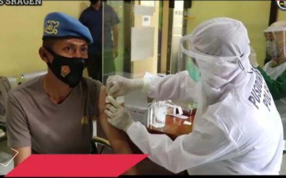 Anggota Polres Sragen disuntik vaksin Covid-19 di Mapolres Sragen, Jumat (26/2/2021). (Isitimewa-Humas Polres Sragen)