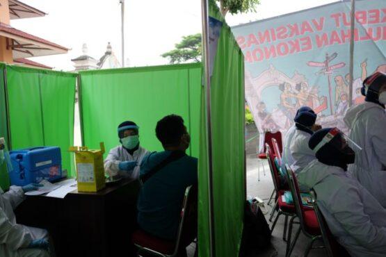 Petugas menyuntikkan vaksin Covid-19 ke pedagang Pasar Klewer, Solo, Rabu (3/3/3021). (Solopos/Wahyu Prakoso)