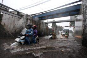 Tergenang Air Hingga Ketinggian 90 Cm, Ini Foto-Foto Kondisi Viaduk Gilingan Solo