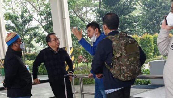 Marzuki Alie (berbaju hitam) dicegat elite Partai Demokrat di Bandara Kualanamu, Medan, Jumat (5/3/2021). (detik.com)