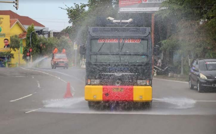 Water cannon milik Polres Karanganyar digunakan untuk menyemprotkan disinfektan di Jl. Lawu, Senin (1/3/2021). (Istimewa-Humas Polres Karanganyar)