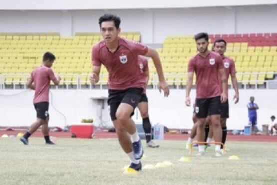 Pemain PSIS Semarang menjalani latihan di Stadion Jatidiri, Minggu (4/4/2021). (Semarangpos.com-PSIS Semarang)