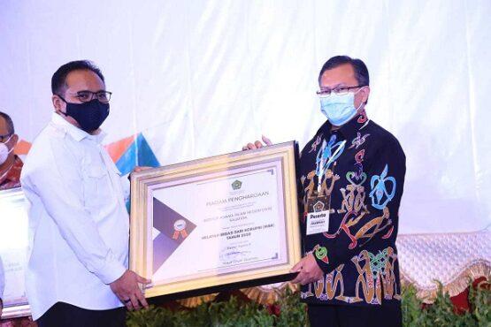 Menteri Agama, Yaqut Cholil Qoumas menyerahkan penghargaan kepada IAIN Salatiga atas capaian Zona Integritas Wilayah Bebas dari Korupsi (ZI WBK). (Istimewa-IAIN Salatiga)