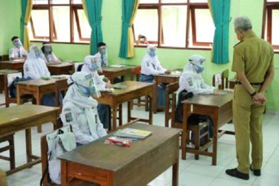 Gubernur Jateng, Ganjar Pranowo, melakukan inspeksi pelaksanaan PTM di SMAN 4 Semarang, Senin (5/4/2021). (Semarangpos.com-Humas Pemprov Jateng)