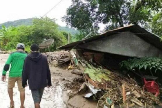 Warga melintas di dekat rumah yang rusak akibat banjir bandang di Adonara Timur, Flores Timur, NTT, Senin (5/4/2021). (Antara)