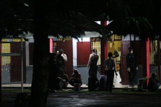 Petugas gabungan sedang memeriksa kamar hunian dan warga binaan di Rutan kelas IIB Purwodadi, Selasa (6/4/2021) malam. (Istimewa)