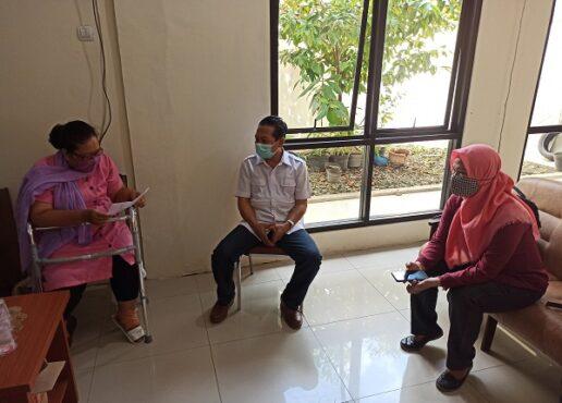 Ketua Komisi Informasi Provinsi (KIP) Jateng, Sosiawan (tengah), saat menerima laporan dari Jaringan Peduli Perempuan dan Anak (JPPA) terkait dugaan KDRT yang dilakukan anggotanya di kantornya, Kamis (8/4/2021). (Semarangpos.com-Imam Yuda S.)