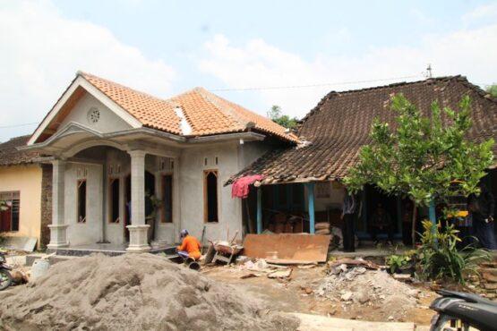 Salah satu warga yang mendapatkan pembagian uang ganti kerugian tol Solo-Jogja di Desa Kapungan, Kecamatan Polanharjo, memanfaatkan uang untuk membangun rumah. Foto diambil Kamis (8/4/2021). (Solopos/Taufiq Sidik Prakoso)