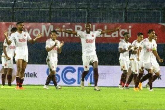 Pesepak bola PSM Makassar melakukan selebrasi seusai mengalahkan PSIS Semarang dalam pertandingan Babak Perempat Final Piala Menpora di Stadion Kanjuruhan, Malang, Jawa Timur, Jumat (9/4/2021). (Antara-Ari Bowo Sucipto).