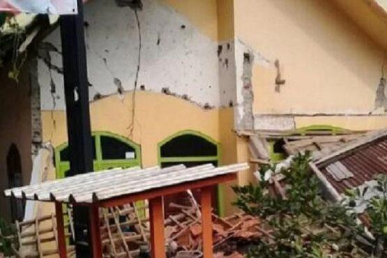 Rumah warga di Kabupaten Blitar, Jawa Timur, rusak karena getaran gempa bumi yang mengguncang dengan kekuatan Magnitudo 6,7 di Barat Daya Kabupaten Malang, Sabtu (10/4/2021).(Antara)
