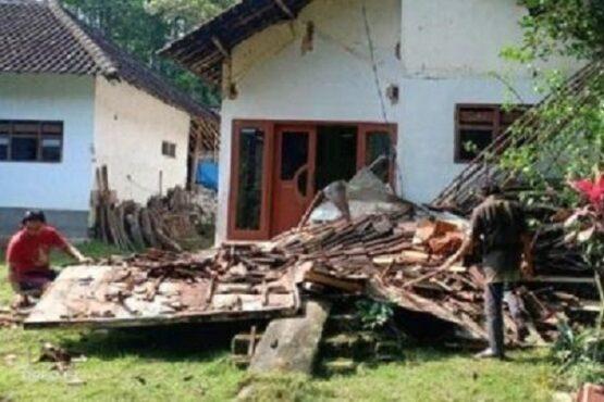 Salah satu rumah warga terdampak gempa M6,1 di Desa Tegalrejo, Kabupaten Blitar, Provinsi Jawa Timur, Sabtu (10/4/2021). (Bisnis-Istimewa)