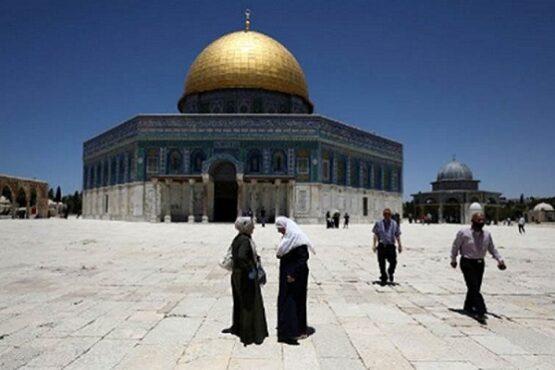 Pengunjung melintas di depan Dome of Rock (Kubah Batu), kompleks Masjid Al Aqsa, Kota Tua Yerusalem, Minggu (31/5/2020). (Antara-Reuters-Ammar Awad)