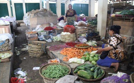Pedagang di Pasar Tegalgondo, Kecamatan Wonosari menata barang dagangan mereka di salah satu los, Minggu (11/4/2021). (Solopos/Taufiq Sidik Prakoso)