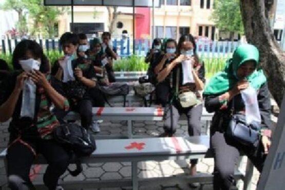 Karyawan Toko Amigo Group mengikuti tes Ge Nose di poliklinik PT Macanan Jaya Cemerlang, Senin (5/4/2021). (Solopos.com-Taufiq Sidik Prakoso)