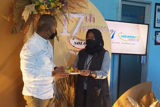 Arif Budi Susilo, Presiden Direktur Solopos Grup memberikan potongan tumpeng kepada Asmen Marketing Solopos FM, Audia Prita. (Solopos FM)