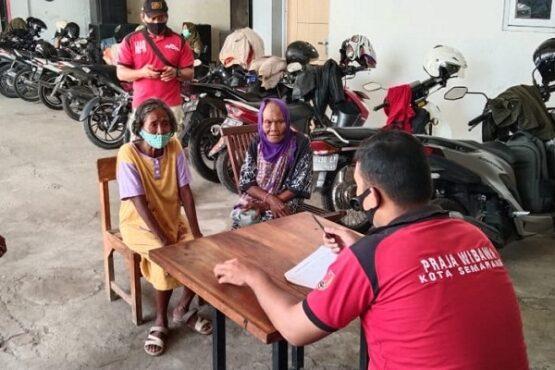 Petugas Satpol PP Kota Semarang tengah mendata PGOT yang terjaring razia, Selasa (13/4/2021). (Semarangpos.com-Satpol PP Kota Semarang)