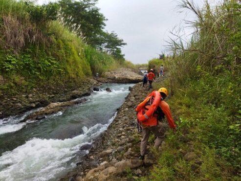 Tim SAR gabungan tengah melakukan pencarian korban yang hanyut di aliran Sungai Sengkarang, Kabupaten Pekalongan, Senin (12/4/2021). (Semarangpos.com-Basarnas Kantor SAR Semarang)