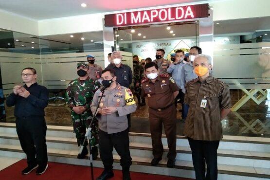 Kapolda Jateng, Irjen Pol Ahmad Luthfi (tengah), saat menggelar jumpa pers terkait peluncuran aplikasi SIM Nasional Presisi (Sinar) di kantornya, Selasa (13/4/2021). (Semarangpos.com-Imam Yuda S.)
