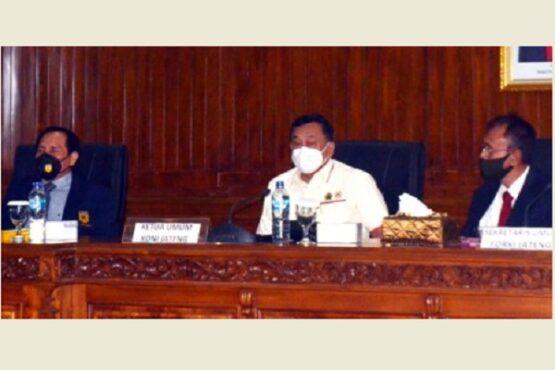 Ketua KONI Jateng, Subroto (tengah), menghadiri Rakerprov Forki Jateng di Gedung DPRD Kota Salatiga, Minggu (12/4/2021). (Semarangpos.com-Istimewa)