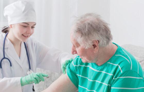 Ilustrasi lansia disuntik vaksin corona (Freepik)