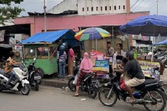 Pedagang takjil musiman berjualan di tepi jalan raya Solo—Purwodadi, Gondangrejo, Rabu (14/4/2021). (Solopos.com/Candra Putra Mantovani)