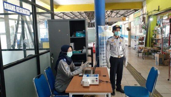 Petugas berjaga di alat GeNose C-19 di Terminal Purboyo Kota Madiun, Kamis (15/4/2021). (Abdul Jalil/Madiunpos.com)