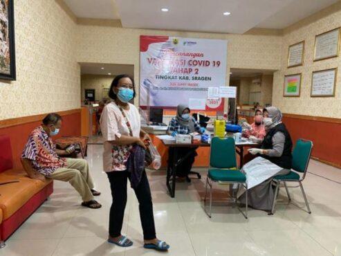 Sejumlah petugas melayani vaksinasi bagi para warga lanjut usia di Gedung UPTPK Sragen, Jumat (16/4/2021) malam. (Istimewa/DKK Sragen)