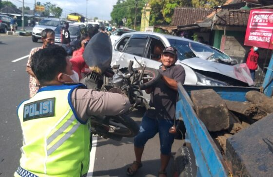 Kondisi sepeda motor yang terlibat kecelakaan maut di Jalan Solo-Jogja wilayah Prambanan, Klaten, Sabtu (17/4/2021). (Solopos/Ponco Suseno)