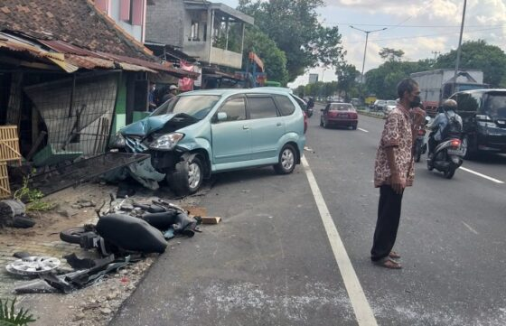Kondisi kendaraan yang terlibat kecelakaan lalu lintas di Jl. Solo-Jogja, tepatnya di Dukuh Ngangkruk, Desa Geneng, Kecamatan Prambanan, Sabtu (17/4/2021) pukul 13.30 WIB. Akibat kejadian tersebut, satu pengendara sepeda motor meninggal dunia dengan luka berat di bagian kepala. (Solopos/Ponco Suseno)