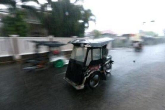 Pengemudi becak motor (bentor) menerjang hujan deras yang mengguyur Kota Gorontalo, Gorontalo, Kamis (15/4/2021). (Antara-Adiwinata Solihin)